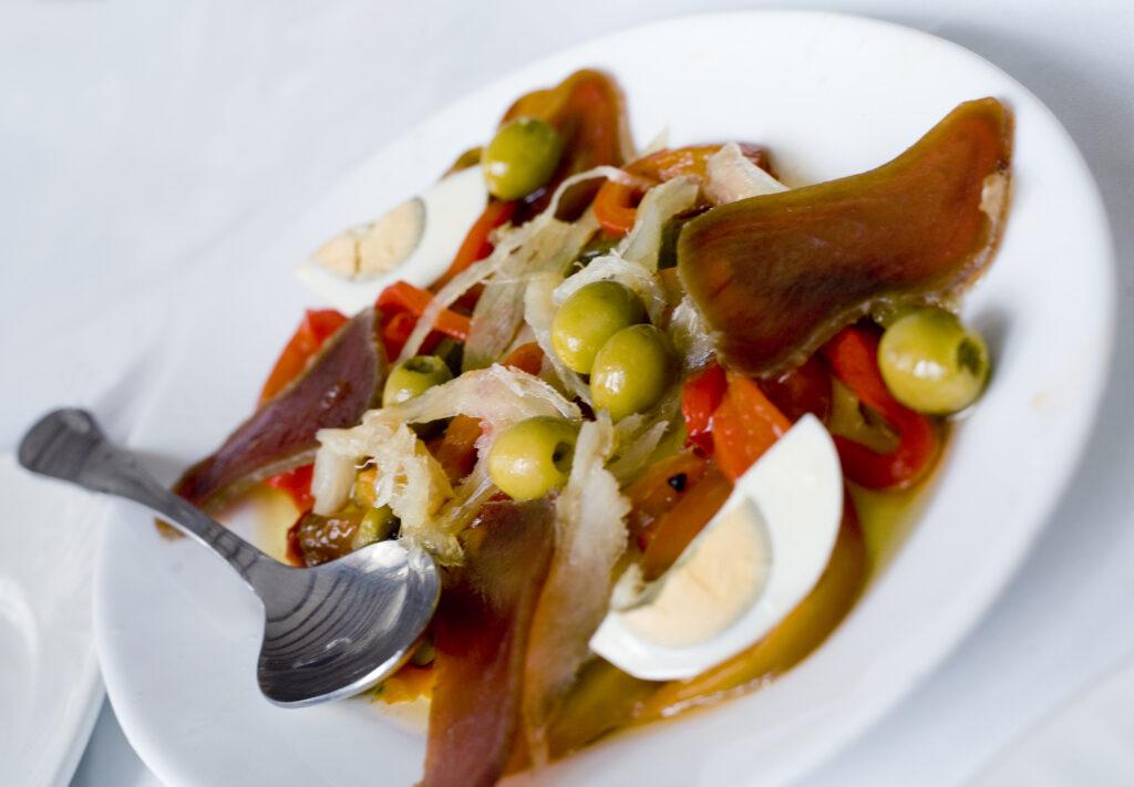 Esgarraet plato tipico de Valencia con bacalao y pimiento rojo
